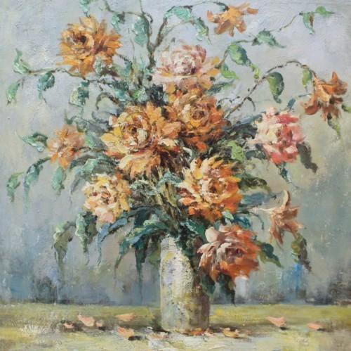 Оранжевые розы на столе 300